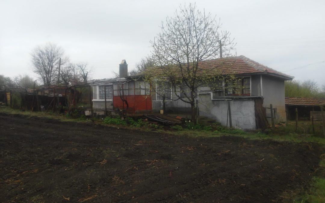 Голям двор с къща в с.Телериг област Добрич.