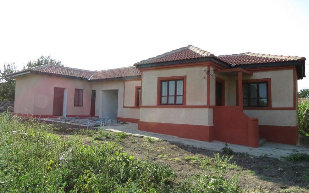 Къща на 25.км.от морето с нов покрив за 15000.лв.