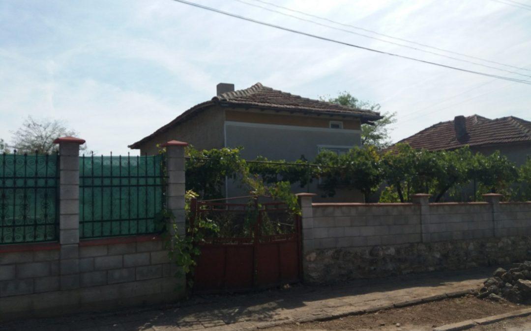 Къща в с.Кардам на 35.км.от морето.